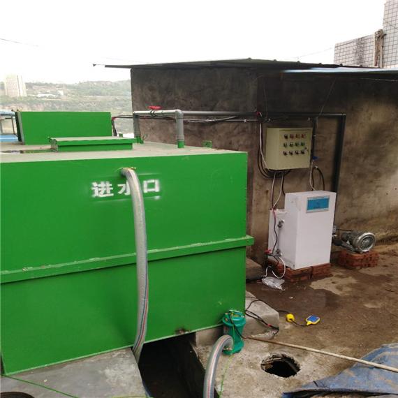 工艺特点:采用A/O工艺作为主体工艺的一体化污水处理设备具备降低有机污染物和除磷脱氮的功能,也不存在污泥膨胀问题,运行管理较简便。由于填料的比表面积大,池内的充氧条件良好,生物接触氧化池内单位容积的生物固体量高,再加上污泥回流,反应池内活性污泥浓度较高,因此兼有活性污泥法的特点,具有较高的容积负荷。由于生物固体量多,当有机容积负荷较高时,其F/M比可以保持在一定水平,因此,污泥产量可相当于或低于活性污泥法。该工艺操作简单,运转费用低,处理效果好,运行稳定,是目前较为成熟的生活污水处理工艺,能有效地确保污